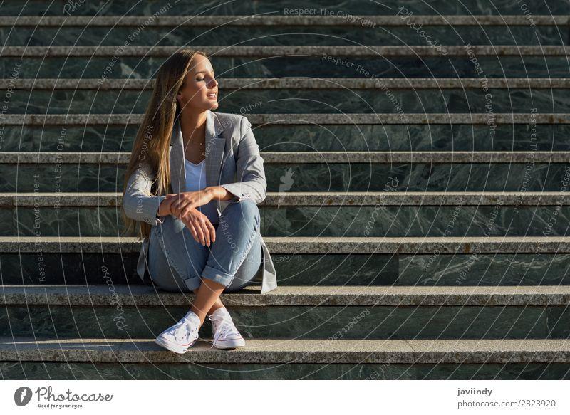 Blonde Frau mit geschlossenen Augen in urbanen Stufen Lifestyle Stil schön Haare & Frisuren Mensch feminin Junge Frau Jugendliche Erwachsene 1 18-30 Jahre