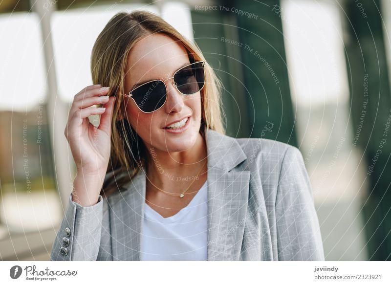 Schöne junge blonde Frau mit Sonnenbrille Lifestyle Stil schön Haare & Frisuren Mensch feminin Junge Frau Jugendliche Erwachsene 1 18-30 Jahre Herbst Straße