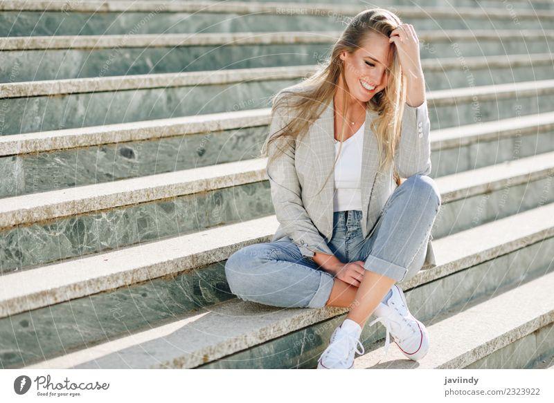 Blonde Frau lächelnd sitzend in städtischen Stufen sitzend Lifestyle schön Mensch feminin Junger Mann Jugendliche Erwachsene 1 18-30 Jahre Straße Mode