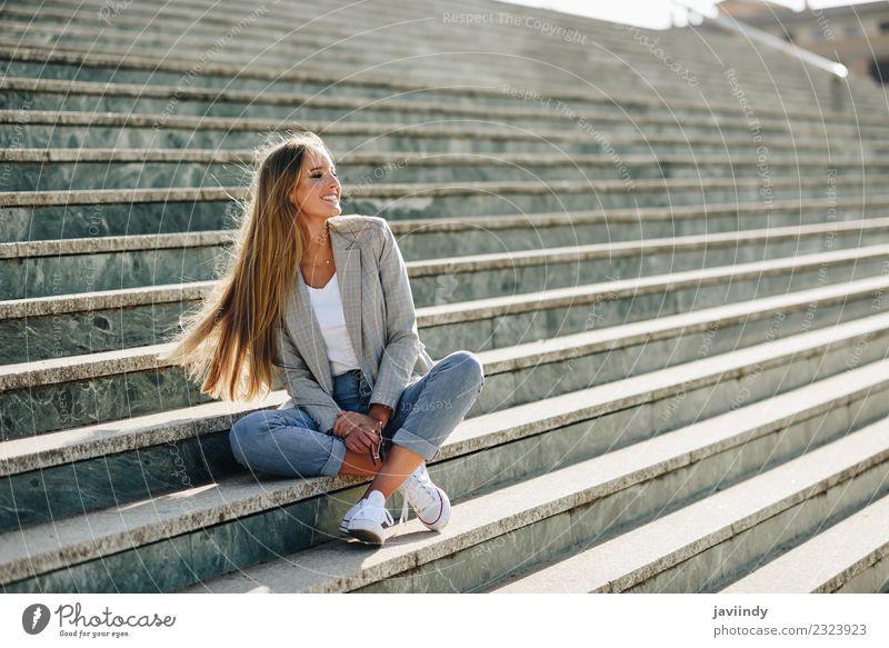 Schöne junge kaukasische Frau, die in Stufen lächelt. Lifestyle Stil Glück schön Haare & Frisuren Mensch feminin Junge Frau Jugendliche Erwachsene 1 18-30 Jahre