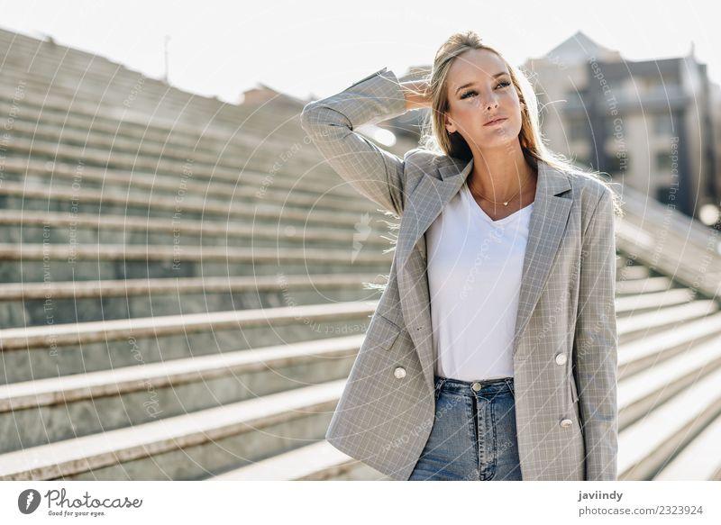 Schöne junge kaukasische Frau im urbanen Hintergrund Lifestyle Stil schön Haare & Frisuren Mensch feminin Junge Frau Jugendliche Erwachsene 1 18-30 Jahre Herbst