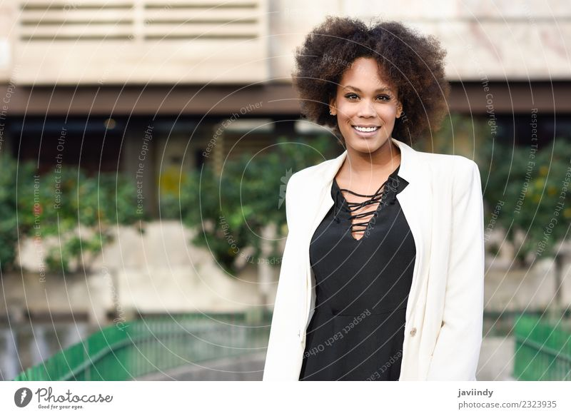 Junge schwarze Frau mit Afro-Frisur lächelnd Lifestyle Stil schön Haare & Frisuren Mensch feminin Junge Frau Jugendliche Erwachsene 1 18-30 Jahre Straße Mode