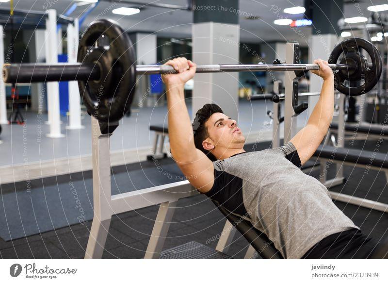 Junger Mann Bodybuilder beim Gewichtheben im Fitnessstudio Körper Sport maskulin Jugendliche Erwachsene 1 Mensch 18-30 Jahre muskulös stark weiß Kraft