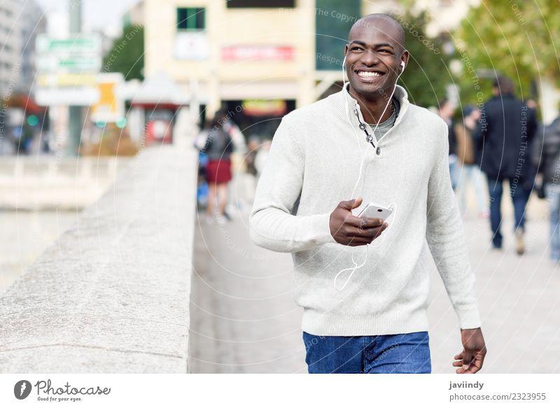 Mensch Jugendliche Mann Junger Mann Freude 18-30 Jahre schwarz Gesicht Erwachsene Straße Lifestyle Glück Mode maskulin modern Technik & Technologie