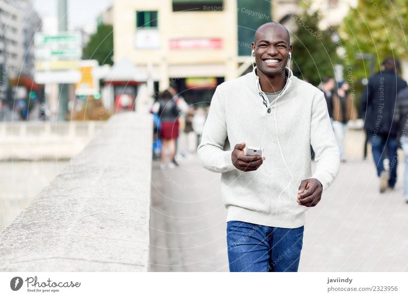 Mensch Jugendliche Mann Junger Mann Freude 18-30 Jahre schwarz Erwachsene Straße Lifestyle modern Technik & Technologie Lächeln Fröhlichkeit Coolness