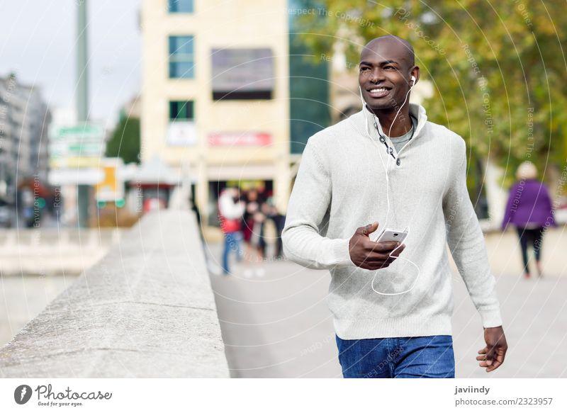 Mensch Jugendliche Mann schön Junger Mann 18-30 Jahre schwarz Gesicht Erwachsene Straße Lifestyle Glück Mode modern Technik & Technologie Lächeln