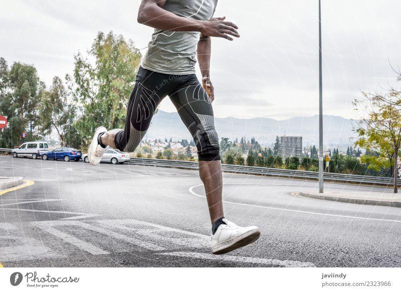 Schwarzer Mann läuft im Freien auf der Straße. Lifestyle Körper Sport Joggen Mensch feminin Junger Mann Jugendliche Erwachsene Beine 1 18-30 Jahre Fitness