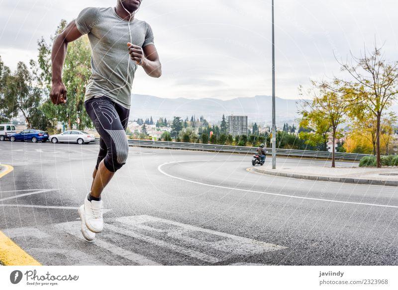 Schwarzer Mann läuft im Freien auf der Straße. Lifestyle Körper Sport Joggen Mensch maskulin Junger Mann Jugendliche Erwachsene 1 18-30 Jahre Fitness muskulös