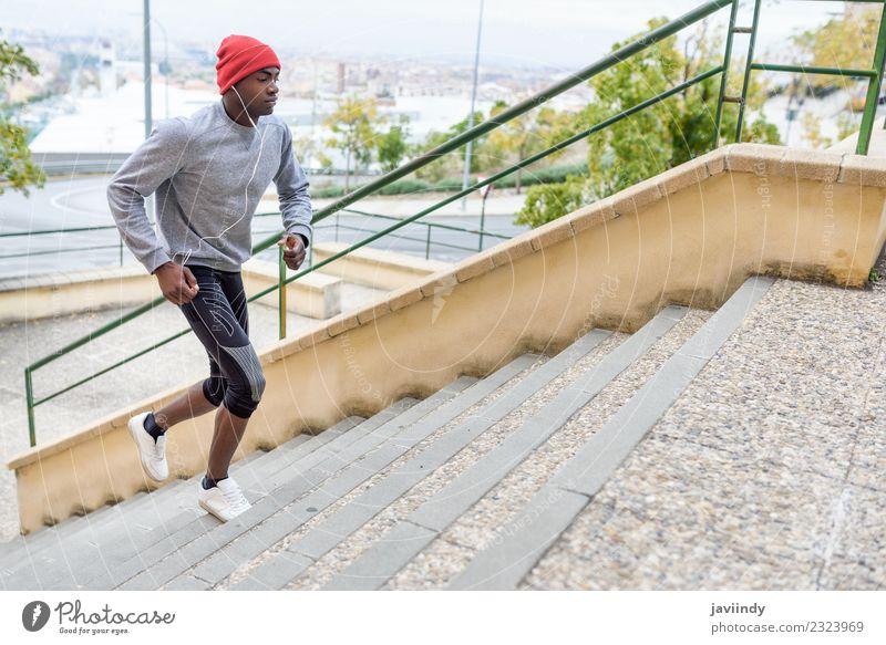 Schwarzer Mann rennt nach oben ins Freie. Lifestyle Körper Winter Sport Joggen Mensch maskulin Junger Mann Jugendliche Erwachsene 1 18-30 Jahre Fitness muskulös