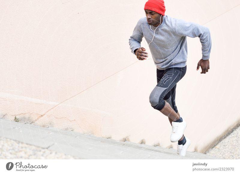 Schwarzer Mann rennt nach oben ins Freie. Lifestyle Winter Sport Joggen Mensch maskulin Junger Mann Jugendliche Erwachsene 1 18-30 Jahre Fitness schwarz Macht