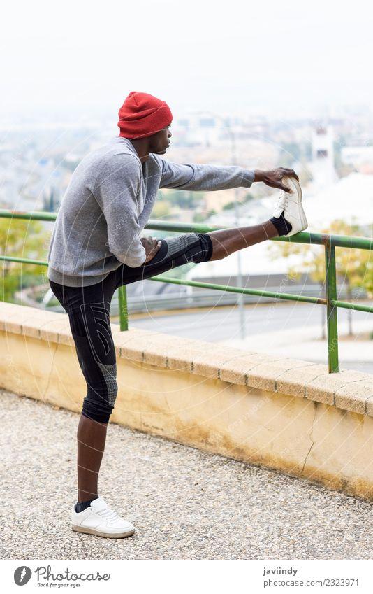 Schwarzer Mann, der sich dehnt, nachdem er im Freien gelaufen ist. Lifestyle Körper Winter Sport Joggen Mensch maskulin Junger Mann Jugendliche Erwachsene 1
