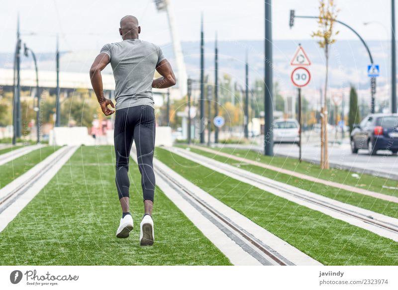 Rückansicht eines schwarzen Mannes, der im urbanen Hintergrund läuft. Lifestyle Körper Sport Joggen Mensch maskulin Junge Frau Jugendliche Erwachsene 1