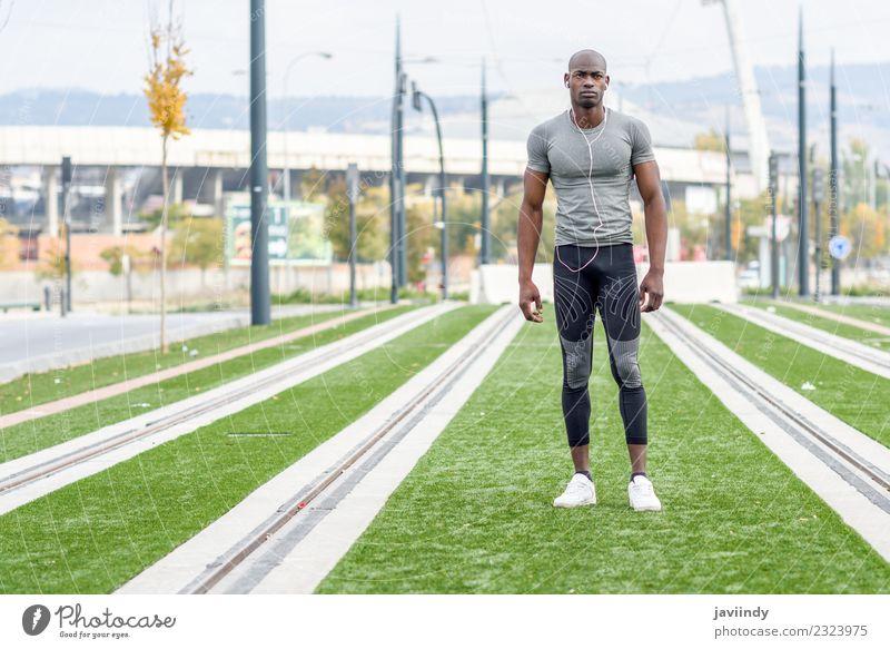 Attraktiver schwarzer Mann, der bereit ist, im urbanen Hintergrund zu laufen. Lifestyle Sport Joggen Mensch Junger Mann Jugendliche Erwachsene Fuß 1 18-30 Jahre