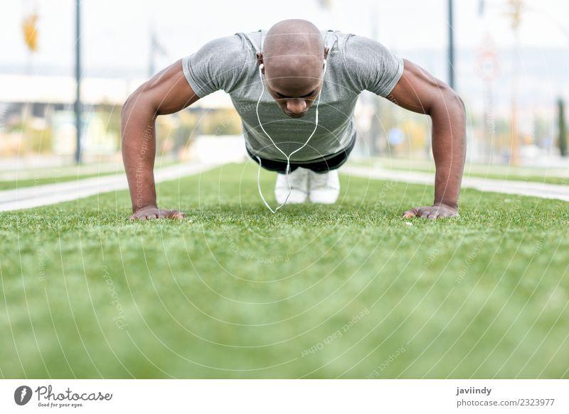 Fitness schwarzer Mann beim Trainieren von Liegestützen im Freien Lifestyle Körper Sport Headset Mensch maskulin Junger Mann Jugendliche Erwachsene 1