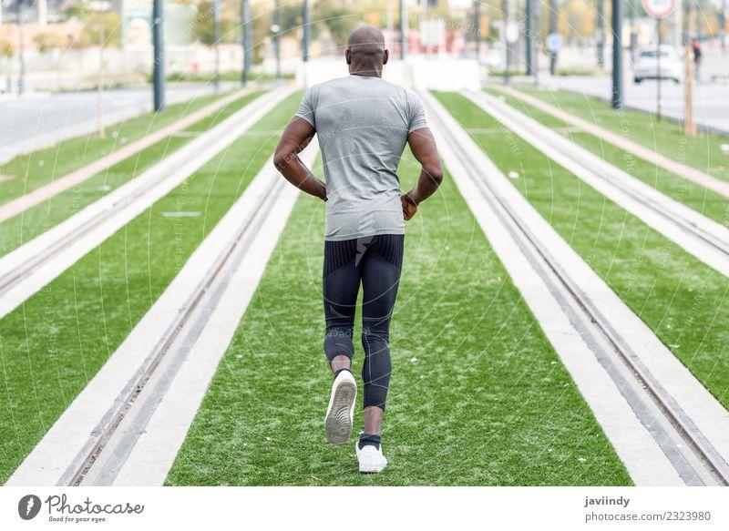 Rückansicht eines schwarzen Mannes, der im urbanen Hintergrund läuft. Lifestyle Körper Sport Joggen Mensch maskulin Junger Mann Jugendliche Erwachsene 1
