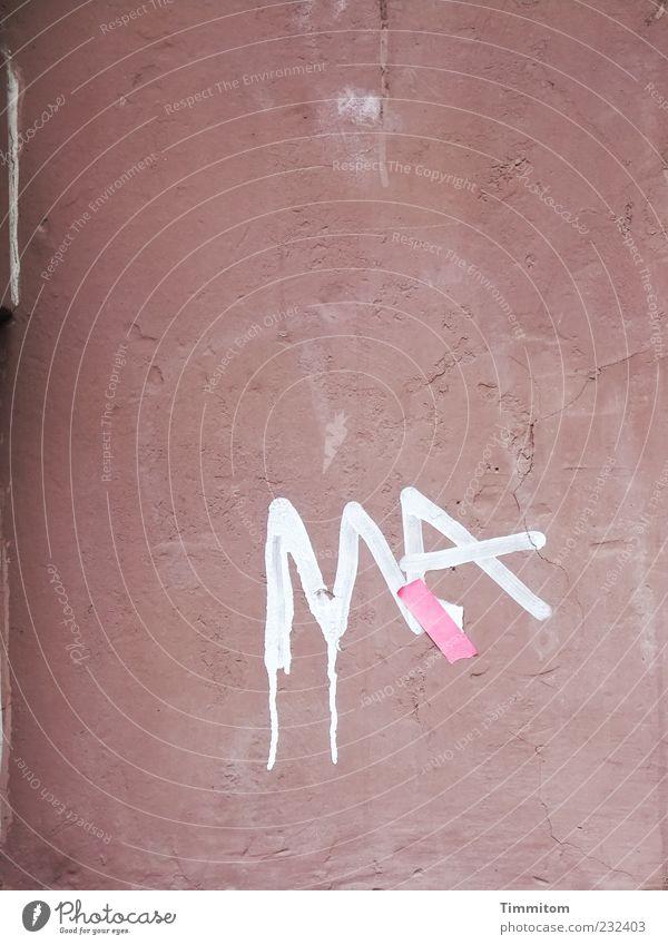 MA ist verletzt Mauer Wand Schriftzeichen Graffiti dreckig einfach geheimnisvoll Vergänglichkeit Heftpflaster Fassade Buchstaben Farbfoto Außenaufnahme