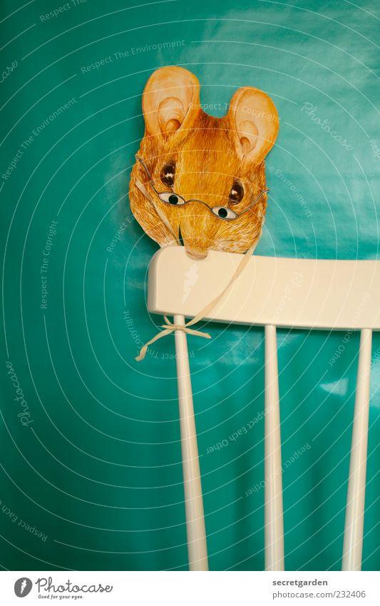 von mäusen und menschen. weiß schön gelb Holz Kindheit Raum Wohnung Papier Brille niedlich retro Stuhl beobachten Neugier Maske Spielzeug