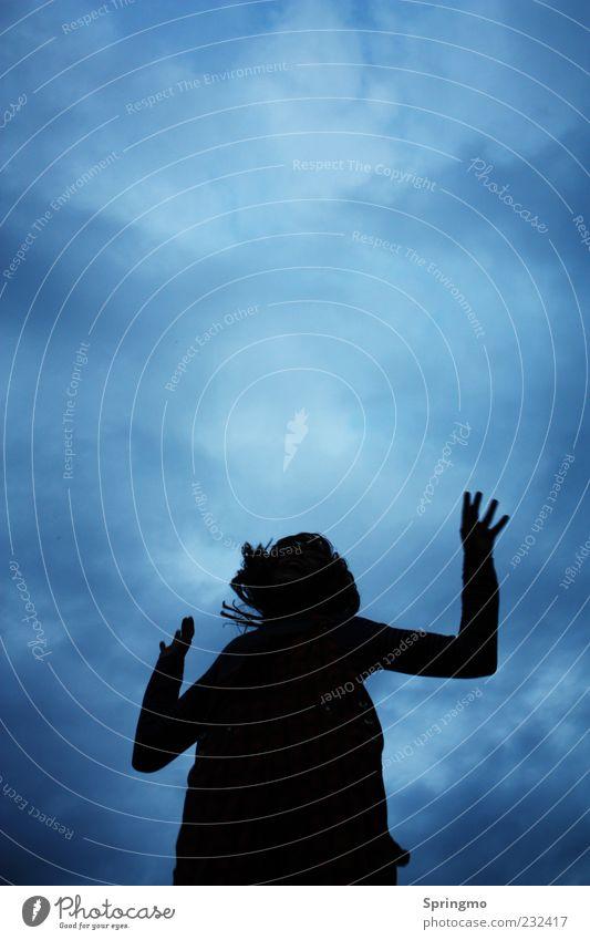Sprungkraft Mensch Kind Himmel Jugendliche Mädchen Freude Wolken Leben Freiheit Bewegung Glück springen Kindheit Kraft Arme Energie