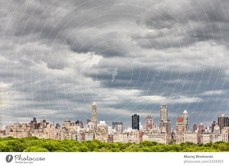 Stürmische Wolkenlandschaft über der Skyline von Manhattan, NYC. Sightseeing Städtereise Häusliches Leben Wohnung Arbeitsplatz Büro Landschaft Himmel