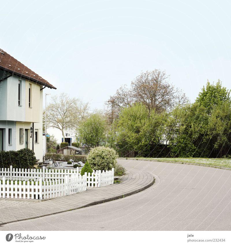 siedlung Himmel Baum Pflanze Haus Straße Wiese Garten Gebäude trist Bauwerk Wohnsiedlung Einfamilienhaus Kleinstadt Vorgarten Holzzaun