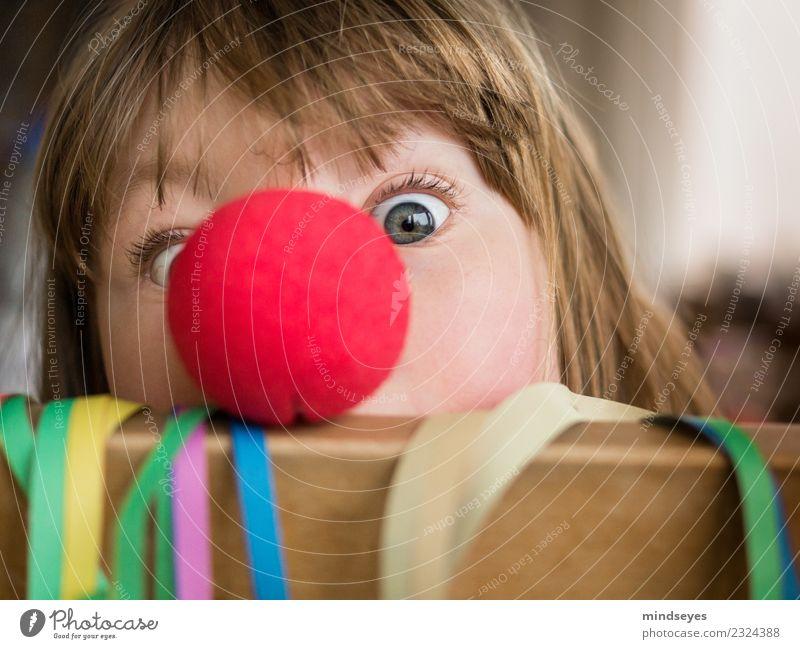 Mädchen mit Clownnase schaut in die Kamera Karneval Gesicht 1 Mensch 3-8 Jahre Kind Kindheit Party Luftschlangen Feste & Feiern Spielen frech Fröhlichkeit Glück