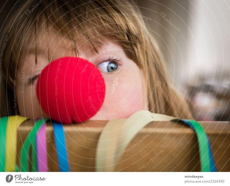 Blondes Mädchen schaut hinter roter Clownnase hervor. Freude Spielen Karneval Kindheit 1 Mensch 3-8 Jahre Zirkus Party Luftschlangen Nase Feste & Feiern frech