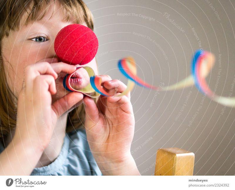 Blondes Mädchen mit Clownnase bläst eine Luftschlange durch das Bild. Karneval feminin Kind Kindheit Kopf 1 Mensch 3-8 Jahre Zirkus Party Rednose Rudolf blond