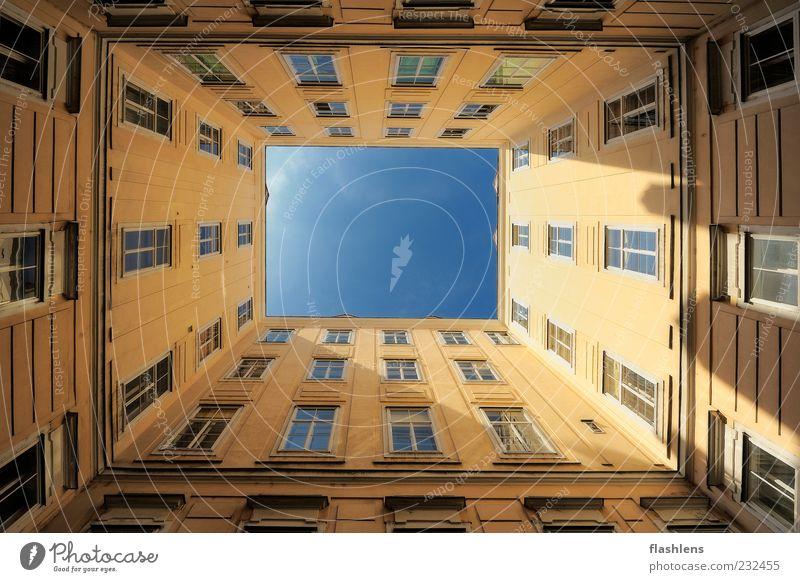 Das Loch zum Himmel Haus Hochhaus Gebäude Architektur Mauer Wand Fassade Perspektive Ferne Farbfoto Außenaufnahme Menschenleer Textfreiraum Mitte Tag Licht