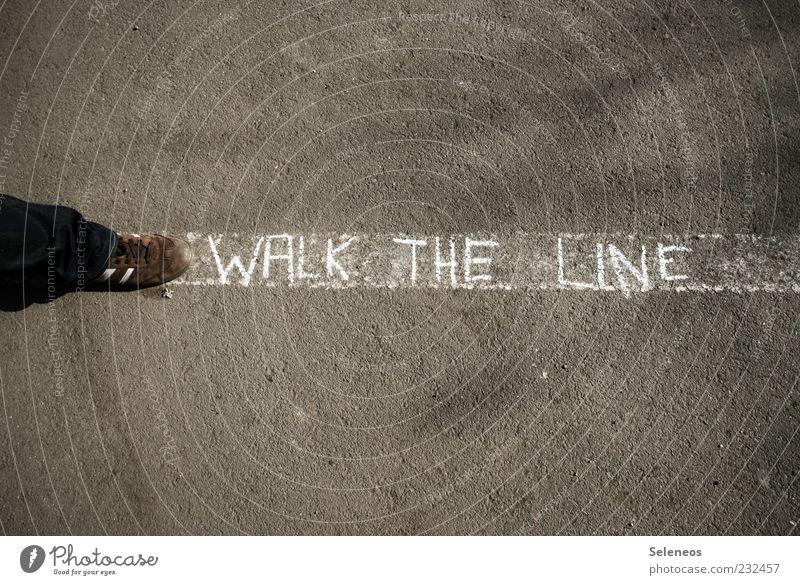 Walk the line! Mensch weiß Straße Spielen Fuß Schuhe Linie gehen laufen Schriftzeichen Freizeit & Hobby Streifen Zeichen Symbole & Metaphern Fußgänger Gleichgewicht