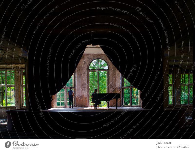 Zeit für Raumzeit Frau Mann Bühne Klavier Pianist Sommer Ruine Heilstätte Fenster Musik hören sitzen stehen außergewöhnlich historisch Gefühle Stimmung