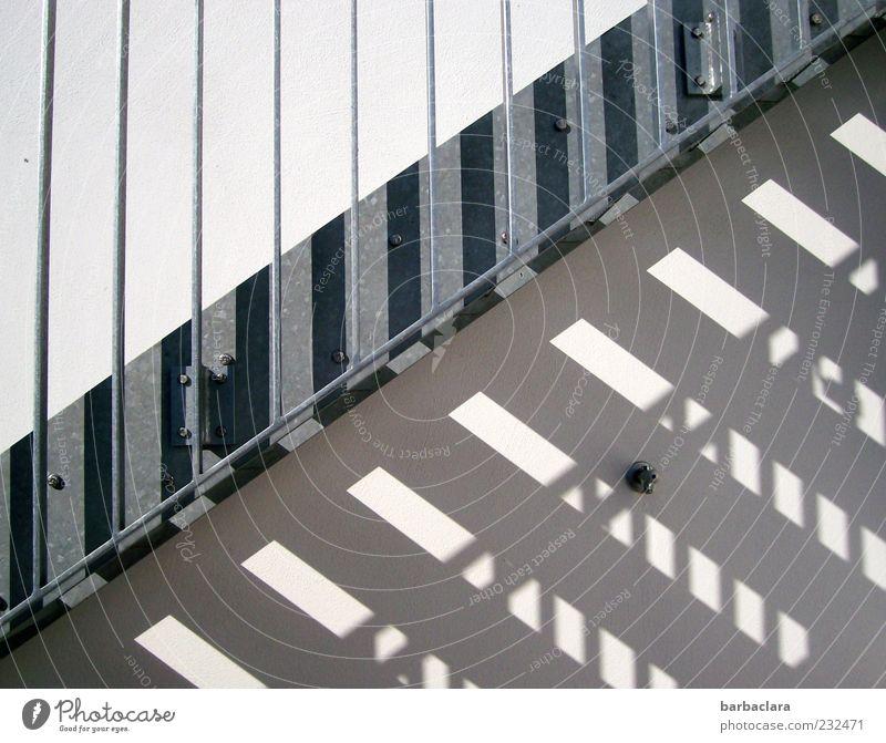 Sonnenstrahl trifft kalten Stahl Mauer Wand Treppe Fassade Beton Metall Linie Streifen Muster ästhetisch hell modern grau silber Design Ordnung Schutz