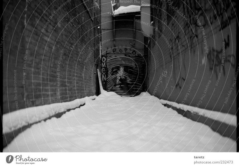 Verstecktes Omen Winter ruhig Gesicht Ferne Schnee Graffiti Mauer Gebäude Tür warten authentisch Schriftzeichen Neugier fantastisch Gelassenheit verstecken