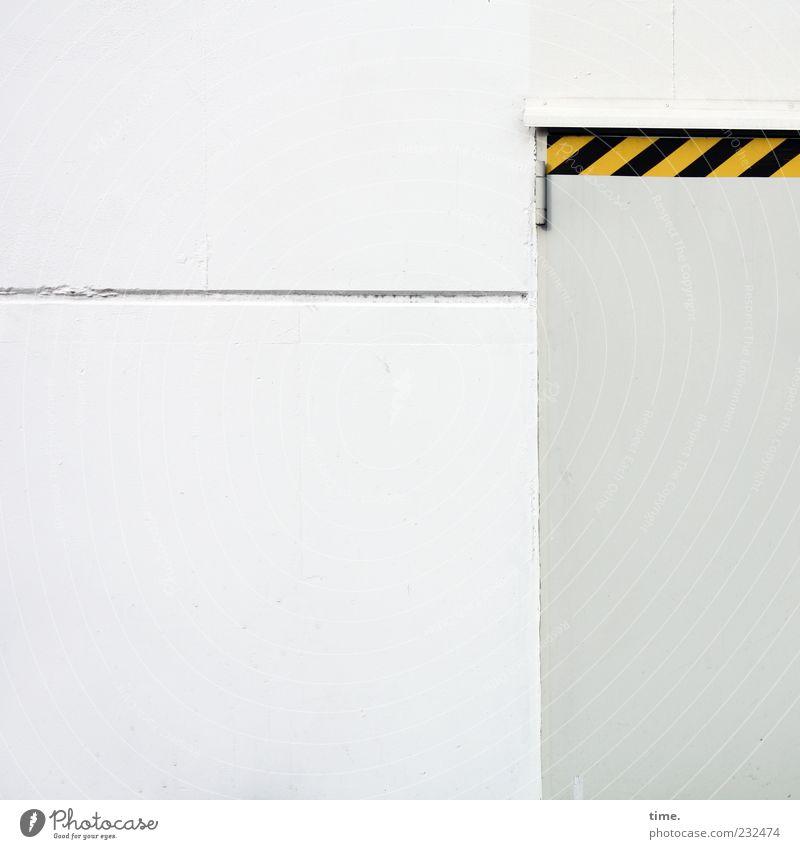 schwarzgelber Ansageversuch Industrie Tür Hinweisschild Warnschild Linie hell grau weiß Folie Scharnier Warnhinweis Warnung Eingang geschlossen Lagerhalle