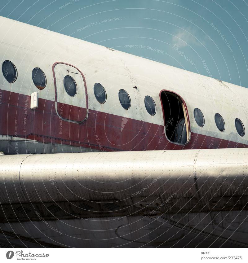 Flügeltür Himmel Luftverkehr Flugzeug Passagierflugzeug Fluggerät alt kaputt retro blau rot Tragfläche Flugzeugfenster offen Nostalgie Tür weiß Ende