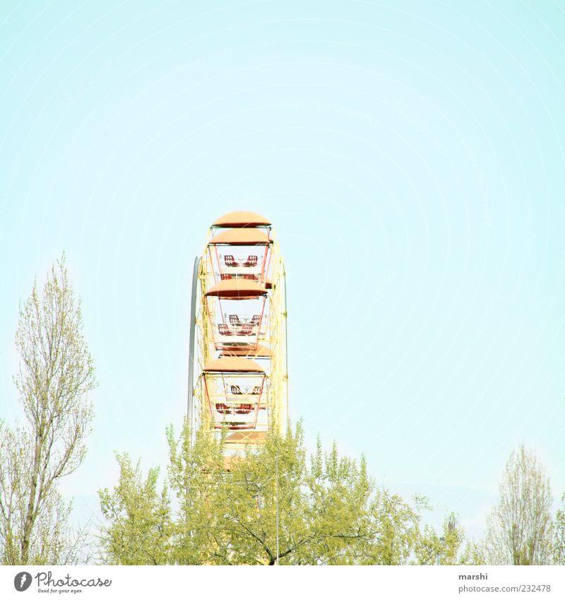 ne Runde drehen hell Riesenrad Jahrmarkt Baum Baumkrone Himmel Freude Vergnügungspark Farbfoto Außenaufnahme Tag Textfreiraum oben Textfreiraum rechts