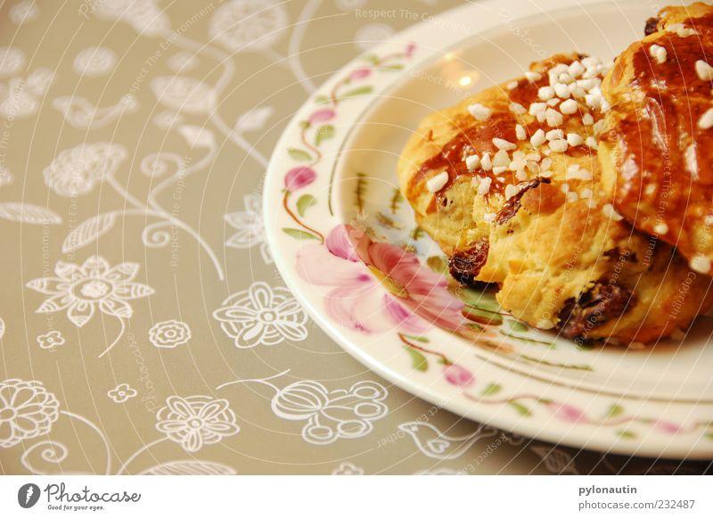 Rosinenbrötchen Lebensmittel Teigwaren Backwaren Croissant Süßwaren Frühstück Kaffeetrinken Teller Zufriedenheit Lebensfreude Duft gemütlich Farbfoto