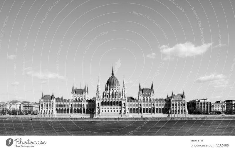 ungarisches Parlament Hauptstadt Haus Bauwerk Gebäude Architektur Sehenswürdigkeit Wahrzeichen Denkmal alt Ungarn Budapest Donau Fluss Wolken Himmel