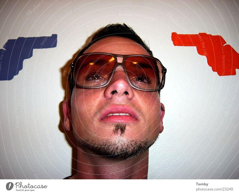 Abgeschossen Mann Gesicht Coolness Brille Bart Pistole Männergesicht