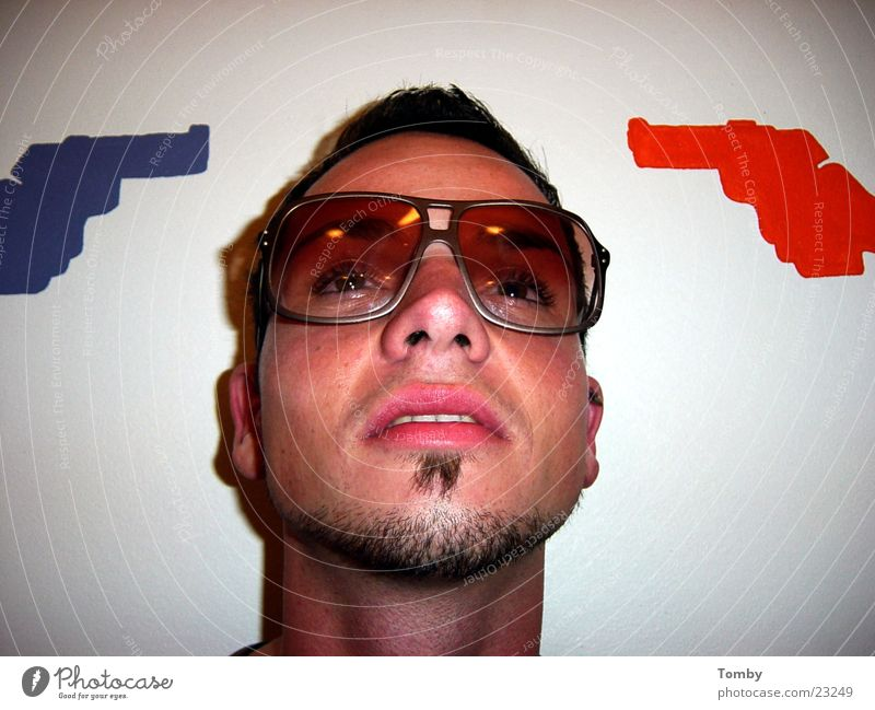 Abgeschossen Mann Männergesicht Bart Brille Pistole Gesicht Coolness