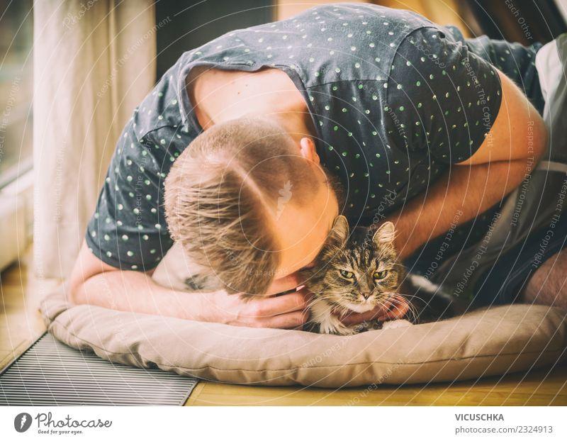 Mann schmust mit Katze Lifestyle Freude Leben Häusliches Leben Wohnung Mensch Junger Mann Jugendliche Erwachsene Tier Haustier Liebe gelb Gefühle Stimmung