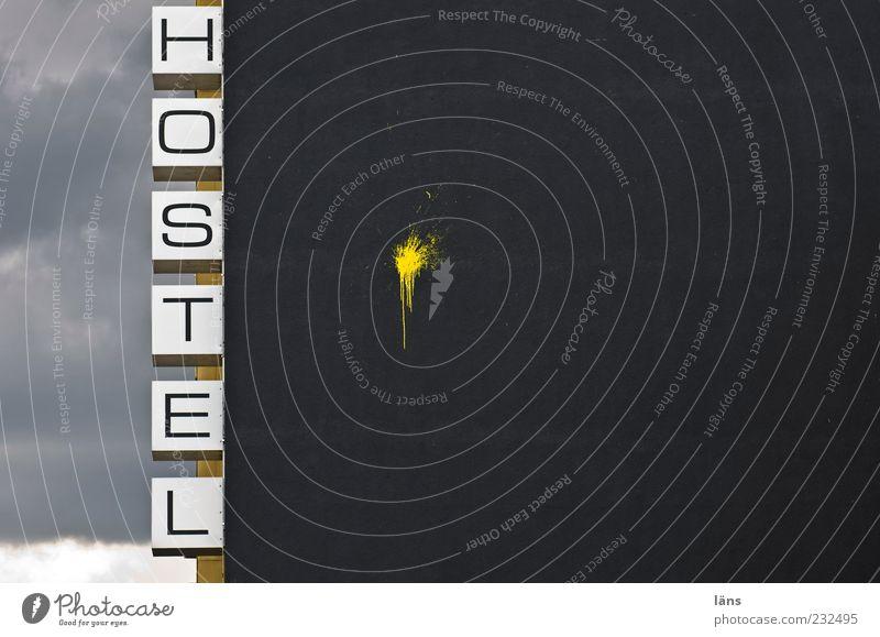 HOSTEL Ferien & Urlaub & Reisen schwarz Wolken gelb Schilder & Markierungen Fassade Tourismus Schriftzeichen Dienstleistungsgewerbe Farbfleck Herberge
