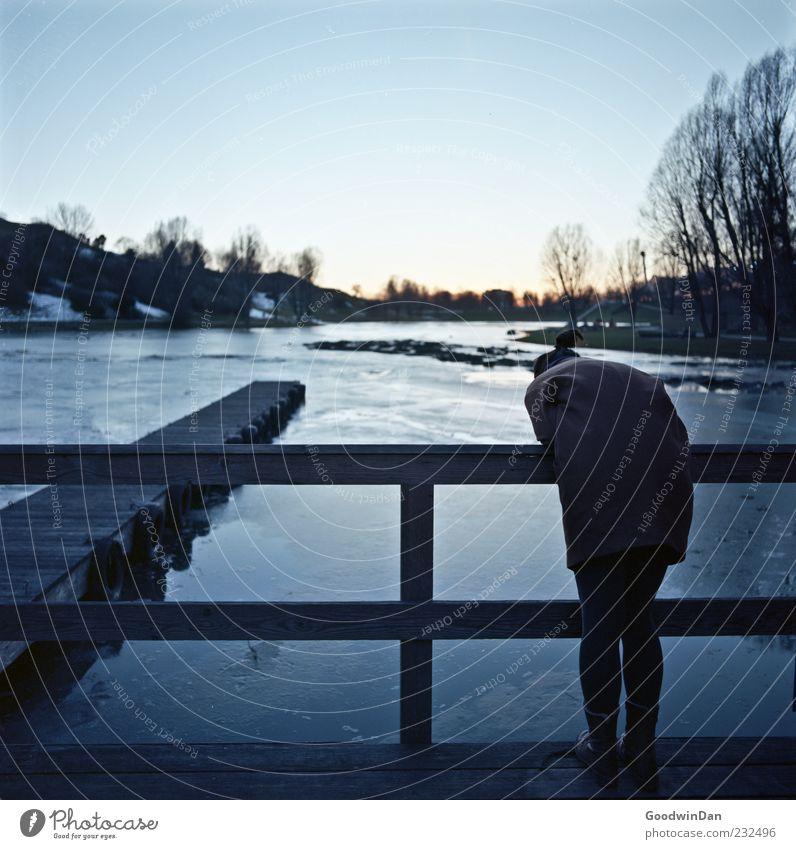 Schau mal da unten, Daniel. Mensch Frau Erwachsene Umwelt Natur Wasser Winter Wetter Schönes Wetter Eis Frost Park entdecken frieren Blick stehen warten dunkel