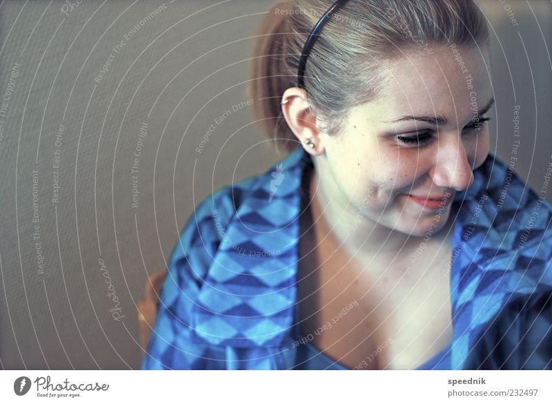 Jugend Mensch blau Jugendliche Gesicht feminin Gefühle grau Haare & Frisuren Glück Zufriedenheit blond frisch Fröhlichkeit Freundlichkeit Lächeln Schmuck
