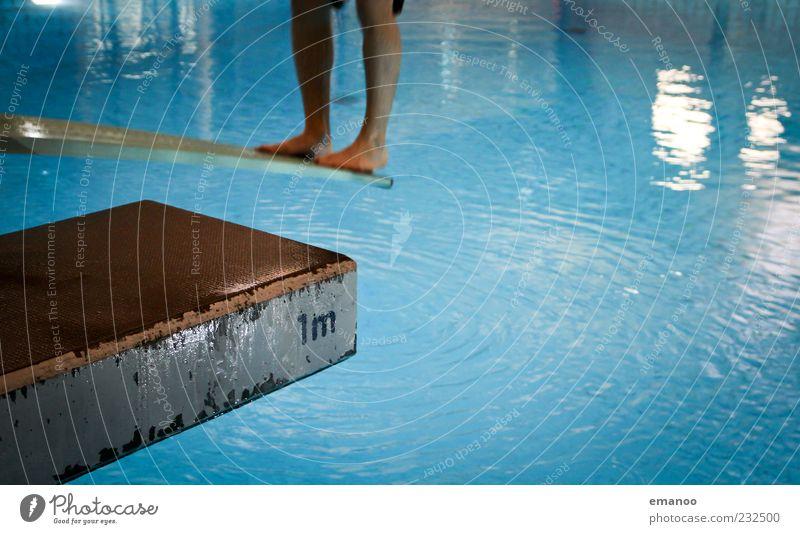 1m Mensch blau Wasser Freude Leben kalt Sport springen Beine Fuß Kraft nass maskulin Schwimmbad Konzentration Fitness