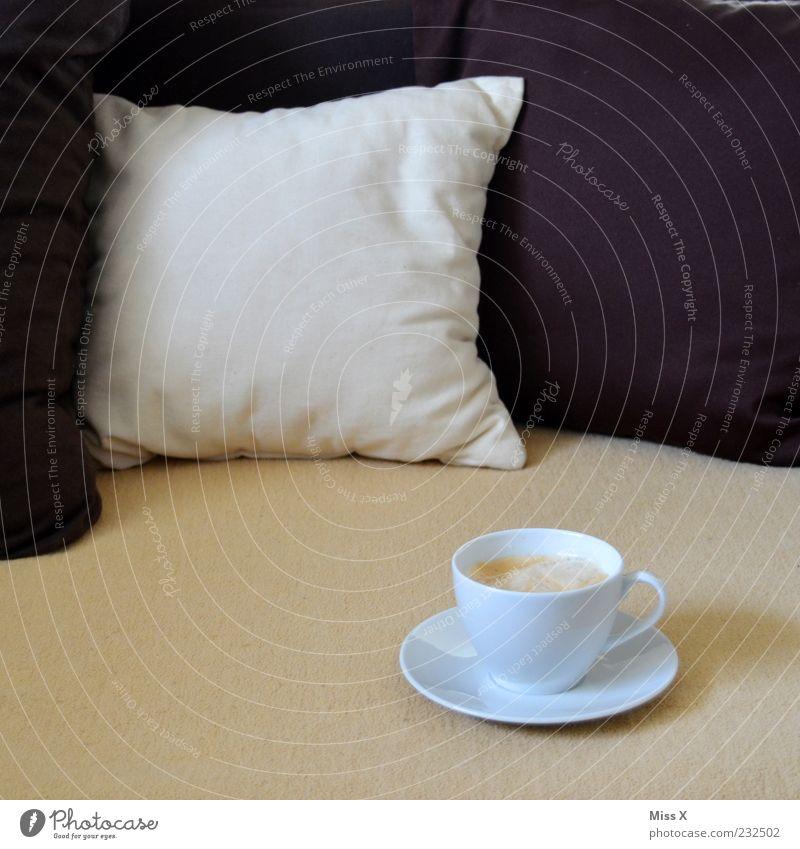 Tässchen weiß ruhig Erholung braun Getränk Kaffee süß Bett Pause Sofa Flüssigkeit Geschirr lecker Duft genießen Decke