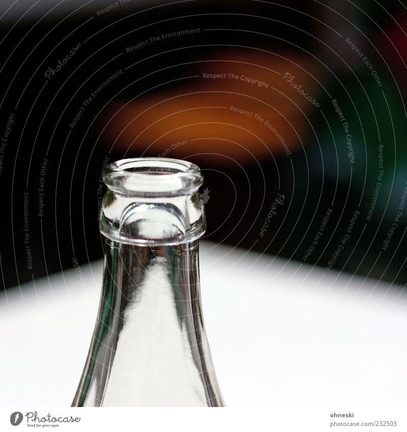 Flasche leer Getränk Erfrischungsgetränk Flaschenhals Glas weiß durchsichtig Durst Farbfoto Textfreiraum oben Licht Sonnenlicht Schwache Tiefenschärfe