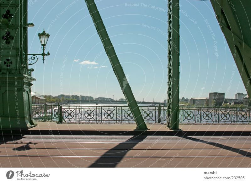 Wege über Brücken Himmel blau grün Stadt Ferne Straße Architektur Wege & Pfade Fluss Asphalt Bauwerk Aussicht Laterne Wahrzeichen Brückengeländer
