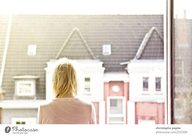 Guten Morgen Düsseldorf Mensch Frau Stadt Haus ruhig Erwachsene Erholung feminin Fenster Kopf träumen hell Zufriedenheit blond Wohnung Fassade