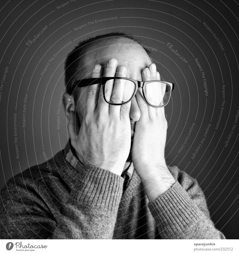 scheu Mensch Mann Hand Einsamkeit Erwachsene Kopf maskulin Brille geheimnisvoll skurril verstecken geschlossene Augen Pullover Freak weinen Schüchternheit