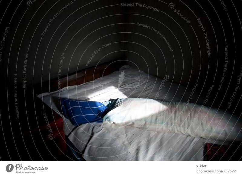 Bett Bettwäsche Lichterscheinung Schatten Bettlaken Kopfkissen Sonne Kontrast schlafen ruhen träumen Tagesbett aufstehen Morgen schwarz Haus Schlafzimmer